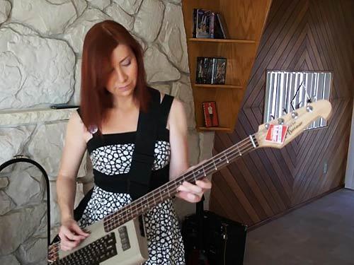 "Jeri Ellsworth mit ihrer ""Commodore-Gitarre"" (Foto: Screenshot Ellsworth)"