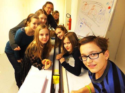 Künstler Günther Pedrotti mit einem Team