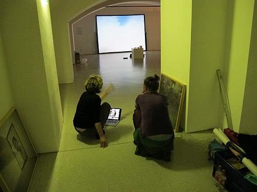 Jelena Juresa (links) Und Bernadette Moser bei der Einstellung von Video und Ton