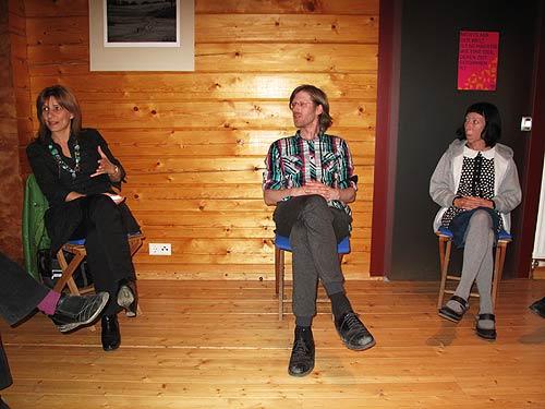 Von links: Kuratorin Mirjana Peitler-Selakov, Medienkünstler Niki Passath und Karakuri-Künstlerin Kirsty Boyle bei einer Konferenz von Kunst Ost