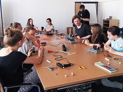 Niki Passath beim Bau der Roboter