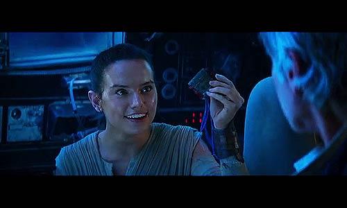 Rey schraubt am Raumschiff herum