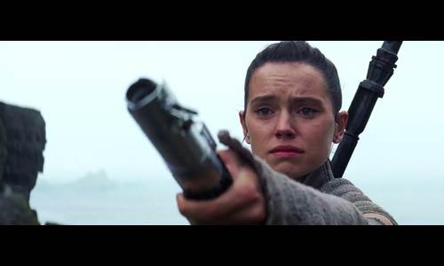 Rey bringt Luke Skywalker sein Lichtschwert zurück