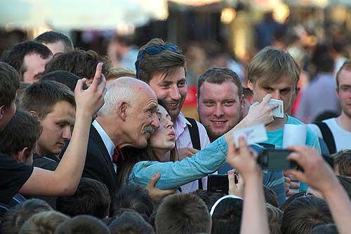 Das war ja klar! Der jungen Frau muß die Wange gestützt werden, daß ihr Kopf nicht wackelt, und der Arm gehalten, daß ihr Mobiltelefon nicht runterfällt. (Foto: Filip Hallo, wikimedia commons: OTRS)