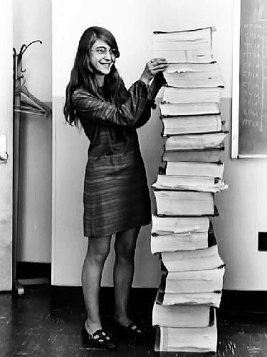 1. Januar 1969: Margaret Hamilton mit der ausgedruckten Navigationssoftware des Apollo-Projektes (Foto: Draper Laboratory, Public Domain)