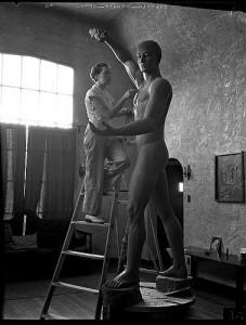 Juli 1934: Bildhauerin Nína Sæmundsson arbeitet an einem Tonmodell für eine Prometheus-Statue. (Foto: Los Angeles Times, CC BY 4.0)